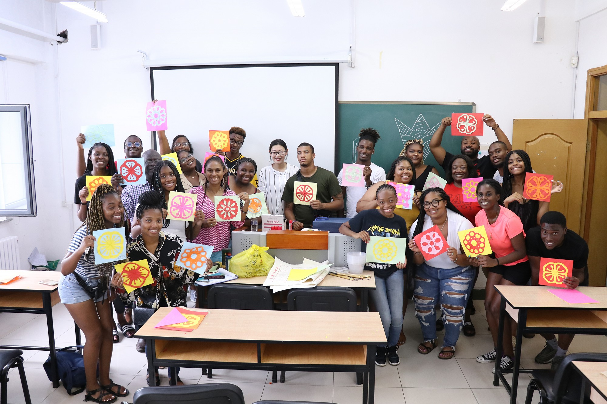 CAU students experience Chinese paper cutting at Jilin University