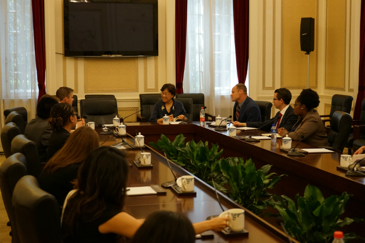 Harvard Kennedy School graduate students engaged in a discussion with Foundation Academic Advisor Major General Yao Yunzhu